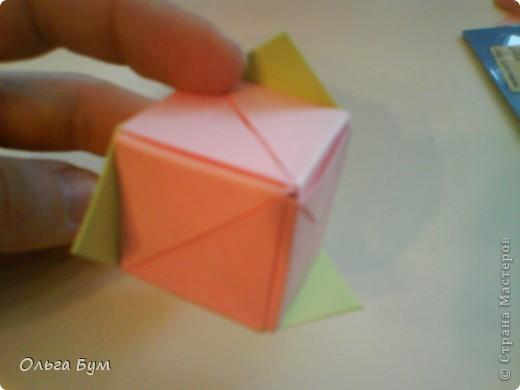 Это розочка-оригами, которая ещё и кубик-трансформер. Она превращается из розы в куб и обратно. Именно это мне в ней и нравится - сюрприз-фокус. Делать её на самом деле нетрудно, как это может показаться! По три модуля разного цвета складываются на ура. Немного хлопотно собирать, запихивая уголки в пазики. Только трудновато расправлять лепестки. У меня бумага для заметок - она менее плотная, лучше вырезать квадратики из офисной- они эластичнее и плотнее. Надо по три квадрата каждого двух цветов. У меня размер 9х9 см. фото 41