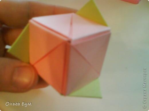 Это розочка-оригами, которая ещё и кубик-трансформер. Она превращается из розы в куб и обратно. Именно это мне в ней и нравится - сюрприз-фокус. Делать её на самом деле нетрудно, как это может показаться! По три модуля разного цвета складываются на ура. Немного хлопотно собирать, запихивая уголки в пазики. Только трудновато расправлять лепестки. У меня бумага для заметок - она менее плотная, лучше вырезать квадратики из офисной- они эластичнее и плотнее. Надо по три квадрата каждого двух цветов. У меня размер 9х9 см. фото 42