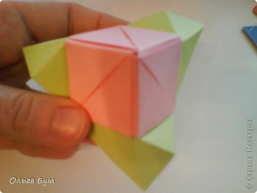 Это розочка-оригами, которая ещё и кубик-трансформер. Она превращается из розы в куб и обратно. Именно это мне в ней и нравится - сюрприз-фокус. Делать её на самом деле нетрудно, как это может показаться! По три модуля разного цвета складываются на ура. Немного хлопотно собирать, запихивая уголки в пазики. Только трудновато расправлять лепестки. У меня бумага для заметок - она менее плотная, лучше вырезать квадратики из офисной- они эластичнее и плотнее. Надо по три квадрата каждого двух цветов. У меня размер 9х9 см. фото 43