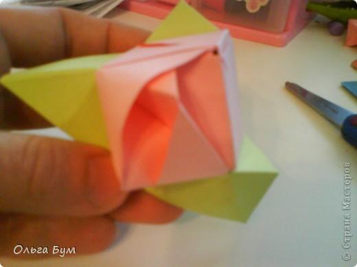 Это розочка-оригами, которая ещё и кубик-трансформер. Она превращается из розы в куб и обратно. Именно это мне в ней и нравится - сюрприз-фокус. Делать её на самом деле нетрудно, как это может показаться! По три модуля разного цвета складываются на ура. Немного хлопотно собирать, запихивая уголки в пазики. Только трудновато расправлять лепестки. У меня бумага для заметок - она менее плотная, лучше вырезать квадратики из офисной- они эластичнее и плотнее. Надо по три квадрата каждого двух цветов. У меня размер 9х9 см. фото 44