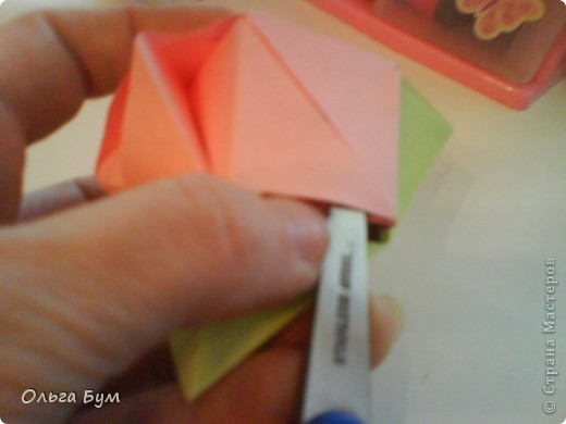 Это розочка-оригами, которая ещё и кубик-трансформер. Она превращается из розы в куб и обратно. Именно это мне в ней и нравится - сюрприз-фокус. Делать её на самом деле нетрудно, как это может показаться! По три модуля разного цвета складываются на ура. Немного хлопотно собирать, запихивая уголки в пазики. Только трудновато расправлять лепестки. У меня бумага для заметок - она менее плотная, лучше вырезать квадратики из офисной- они эластичнее и плотнее. Надо по три квадрата каждого двух цветов. У меня размер 9х9 см. фото 45