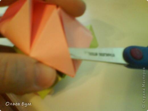 Это розочка-оригами, которая ещё и кубик-трансформер. Она превращается из розы в куб и обратно. Именно это мне в ней и нравится - сюрприз-фокус. Делать её на самом деле нетрудно, как это может показаться! По три модуля разного цвета складываются на ура. Немного хлопотно собирать, запихивая уголки в пазики. Только трудновато расправлять лепестки. У меня бумага для заметок - она менее плотная, лучше вырезать квадратики из офисной- они эластичнее и плотнее. Надо по три квадрата каждого двух цветов. У меня размер 9х9 см. фото 46