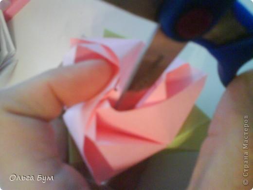 Это розочка-оригами, которая ещё и кубик-трансформер. Она превращается из розы в куб и обратно. Именно это мне в ней и нравится - сюрприз-фокус. Делать её на самом деле нетрудно, как это может показаться! По три модуля разного цвета складываются на ура. Немного хлопотно собирать, запихивая уголки в пазики. Только трудновато расправлять лепестки. У меня бумага для заметок - она менее плотная, лучше вырезать квадратики из офисной- они эластичнее и плотнее. Надо по три квадрата каждого двух цветов. У меня размер 9х9 см. фото 48