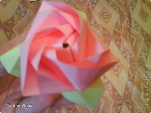 Это розочка-оригами, которая ещё и кубик-трансформер. Она превращается из розы в куб и обратно. Именно это мне в ней и нравится - сюрприз-фокус. Делать её на самом деле нетрудно, как это может показаться! По три модуля разного цвета складываются на ура. Немного хлопотно собирать, запихивая уголки в пазики. Только трудновато расправлять лепестки. У меня бумага для заметок - она менее плотная, лучше вырезать квадратики из офисной- они эластичнее и плотнее. Надо по три квадрата каждого двух цветов. У меня размер 9х9 см. фото 49