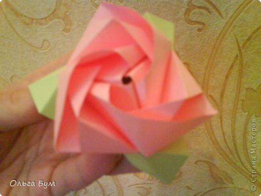 Это розочка-оригами, которая ещё и кубик-трансформер. Она превращается из розы в куб и обратно. Именно это мне в ней и нравится - сюрприз-фокус. Делать её на самом деле нетрудно, как это может показаться! По три модуля разного цвета складываются на ура. Немного хлопотно собирать, запихивая уголки в пазики. Только трудновато расправлять лепестки. У меня бумага для заметок - она менее плотная, лучше вырезать квадратики из офисной- они эластичнее и плотнее. Надо по три квадрата каждого двух цветов. У меня размер 9х9 см. фото 1