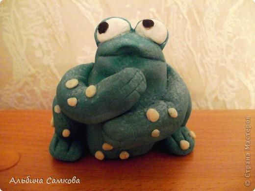 Старший сын давно просил сделать ему на день рождение денежную жабу. Наконец-то я её сделала. Это первая объемная поделка из соленого теста. Правда ей далеко до денежной, но ему она очень понравилась.  фото 1