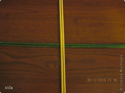 Сделала еще одну тарелочку. На этот раз фотографировала процесс. Здесь выкладу подробное плетение дна .Цвета можно обыгрывать по разному, как и само плетение. Просто показываю принцип. Чтобы дно было прочное и не рассыпалось , надо  обплетать не более 4 трубочек. Можно один ряд пропустить 6, но тогда следующий ряд обплести погуще фото 2