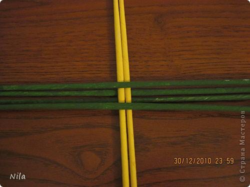 Сделала еще одну тарелочку. На этот раз фотографировала процесс. Здесь выкладу подробное плетение дна .Цвета можно обыгрывать по разному, как и само плетение. Просто показываю принцип. Чтобы дно было прочное и не рассыпалось , надо  обплетать не более 4 трубочек. Можно один ряд пропустить 6, но тогда следующий ряд обплести погуще фото 3
