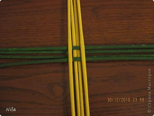 Сделала еще одну тарелочку. На этот раз фотографировала процесс. Здесь выкладу подробное плетение дна .Цвета можно обыгрывать по разному, как и само плетение. Просто показываю принцип. Чтобы дно было прочное и не рассыпалось , надо  обплетать не более 4 трубочек. Можно один ряд пропустить 6, но тогда следующий ряд обплести погуще фото 4
