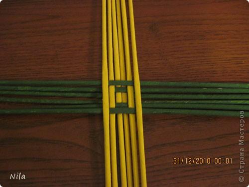 Сделала еще одну тарелочку. На этот раз фотографировала процесс. Здесь выкладу подробное плетение дна .Цвета можно обыгрывать по разному, как и само плетение. Просто показываю принцип. Чтобы дно было прочное и не рассыпалось , надо  обплетать не более 4 трубочек. Можно один ряд пропустить 6, но тогда следующий ряд обплести погуще фото 6