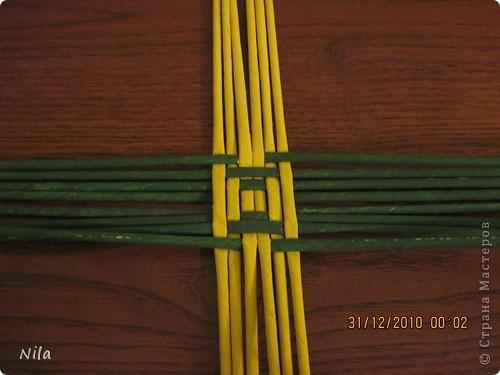 Сделала еще одну тарелочку. На этот раз фотографировала процесс. Здесь выкладу подробное плетение дна .Цвета можно обыгрывать по разному, как и само плетение. Просто показываю принцип. Чтобы дно было прочное и не рассыпалось , надо  обплетать не более 4 трубочек. Можно один ряд пропустить 6, но тогда следующий ряд обплести погуще фото 7