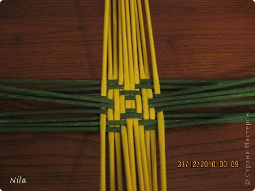 Сделала еще одну тарелочку. На этот раз фотографировала процесс. Здесь выкладу подробное плетение дна .Цвета можно обыгрывать по разному, как и само плетение. Просто показываю принцип. Чтобы дно было прочное и не рассыпалось , надо  обплетать не более 4 трубочек. Можно один ряд пропустить 6, но тогда следующий ряд обплести погуще фото 10