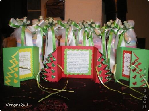 Подходили праздники а я ни как не могла выбрать что бы такое сделать в подарок воспитателям детского садика моих детей!!!И вот после прогулки по инету я наткнулась на солянку и решила сделать каждому воспитателю, а их в детском садике 8 человек!Вот приобрела соль и принялась за дело!Здесь я увидела как это делается, http://www.liveinternet.ru/users/veronika1/post144457372/ но  процес окрашивания соли гуашью мне показался кропотливым(так как мои дети тоже хотели участвовать в подготовке подарков я решила покрасить соль обычными школьными цветными мелками!Так вот я разделила соль в 7 таперочков (у меня было 7 цветов мела) взяла кусочек наждачной бумаги и натёрла мел в таперочек с солью,затем дети ложками перемешали соль и тем самым окрасили её!Я держала корнет из бумаги а дети поочерёдно по одной столовой ложке добавляли соль!Когда почти заполнилась бутылочка я 5-6 раз воткнула деревянную полочку чтоб соль хорошо утрамбовалась и добавила ещё соли!Ну и в конце когда все бутылочки были заполнены я декорировала тюлем, искусственными розочками и ленточками!!!Конечно же захотелось сделать и поздравительные открытки идею я нашла у Юлены здесь! http://www.liveinternet.ru/users/veronika1/post140848356/ фото 1