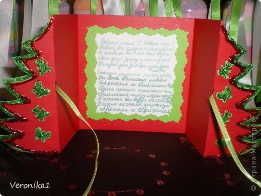 Подходили праздники а я ни как не могла выбрать что бы такое сделать в подарок воспитателям детского садика моих детей!!!И вот после прогулки по инету я наткнулась на солянку и решила сделать каждому воспитателю, а их в детском садике 8 человек!Вот приобрела соль и принялась за дело!Здесь я увидела как это делается, http://www.liveinternet.ru/users/veronika1/post144457372/ но  процес окрашивания соли гуашью мне показался кропотливым(так как мои дети тоже хотели участвовать в подготовке подарков я решила покрасить соль обычными школьными цветными мелками!Так вот я разделила соль в 7 таперочков (у меня было 7 цветов мела) взяла кусочек наждачной бумаги и натёрла мел в таперочек с солью,затем дети ложками перемешали соль и тем самым окрасили её!Я держала корнет из бумаги а дети поочерёдно по одной столовой ложке добавляли соль!Когда почти заполнилась бутылочка я 5-6 раз воткнула деревянную полочку чтоб соль хорошо утрамбовалась и добавила ещё соли!Ну и в конце когда все бутылочки были заполнены я декорировала тюлем, искусственными розочками и ленточками!!!Конечно же захотелось сделать и поздравительные открытки идею я нашла у Юлены здесь! http://www.liveinternet.ru/users/veronika1/post140848356/ фото 3