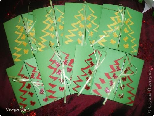 Подходили праздники а я ни как не могла выбрать что бы такое сделать в подарок воспитателям детского садика моих детей!!!И вот после прогулки по инету я наткнулась на солянку и решила сделать каждому воспитателю, а их в детском садике 8 человек!Вот приобрела соль и принялась за дело!Здесь я увидела как это делается, http://www.liveinternet.ru/users/veronika1/post144457372/ но  процес окрашивания соли гуашью мне показался кропотливым(так как мои дети тоже хотели участвовать в подготовке подарков я решила покрасить соль обычными школьными цветными мелками!Так вот я разделила соль в 7 таперочков (у меня было 7 цветов мела) взяла кусочек наждачной бумаги и натёрла мел в таперочек с солью,затем дети ложками перемешали соль и тем самым окрасили её!Я держала корнет из бумаги а дети поочерёдно по одной столовой ложке добавляли соль!Когда почти заполнилась бутылочка я 5-6 раз воткнула деревянную полочку чтоб соль хорошо утрамбовалась и добавила ещё соли!Ну и в конце когда все бутылочки были заполнены я декорировала тюлем, искусственными розочками и ленточками!!!Конечно же захотелось сделать и поздравительные открытки идею я нашла у Юлены здесь! http://www.liveinternet.ru/users/veronika1/post140848356/ фото 5