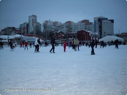 Чтобы увидеть ледовый городок во всей красе,мы приехали уже к вечеру.У нас установлена тридцатиметровая искусственная ель фото 4