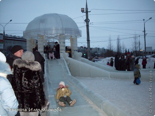 Чтобы увидеть ледовый городок во всей красе,мы приехали уже к вечеру.У нас установлена тридцатиметровая искусственная ель фото 7