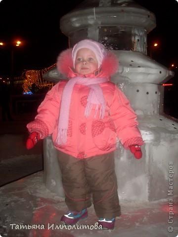 Чтобы увидеть ледовый городок во всей красе,мы приехали уже к вечеру.У нас установлена тридцатиметровая искусственная ель фото 11