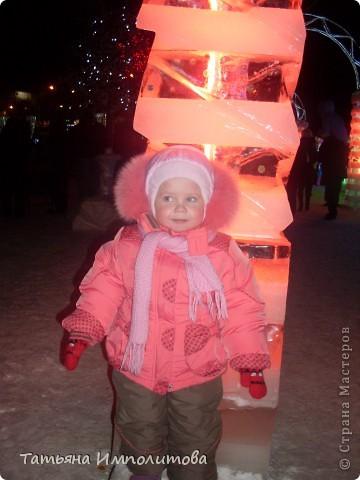 Чтобы увидеть ледовый городок во всей красе,мы приехали уже к вечеру.У нас установлена тридцатиметровая искусственная ель фото 13