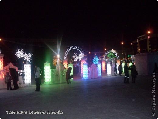 Чтобы увидеть ледовый городок во всей красе,мы приехали уже к вечеру.У нас установлена тридцатиметровая искусственная ель фото 14
