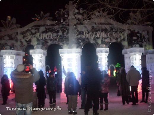 Чтобы увидеть ледовый городок во всей красе,мы приехали уже к вечеру.У нас установлена тридцатиметровая искусственная ель фото 2
