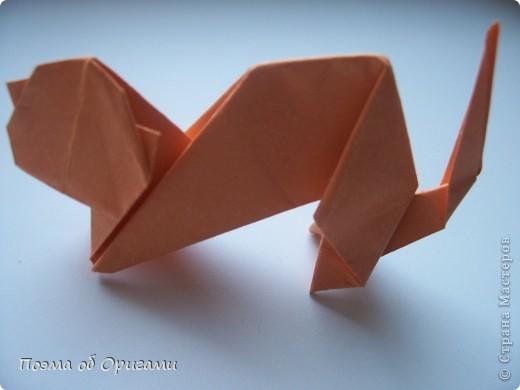 1.На Руси домашняя кошка стоила очень дорого и могла служить ценным подарком, поскольку обеспечивала защиту урожая от грызунов. А вот персидские коты – это абсолютно современный вид домашнего животного, а потому, вряд ли будут ловить вам мышей. Возможно, поэтому мне и захотелось их изобразить спящими. По сравнению с другими породами персидские кошки — самые домашние. Они не могут жить вне дома. Отличаются ласковым характером и полным доверием к человеку. Модель этой персидской кошки придумал Тоши Такахама из Японии. Для этой работы нам понадобиться два одинаковых квадрата бумаги ( в данном случае размером 20х20) – для коробки и кошки. Для одного котенка потребуется ¼ часть этого формата.   фото 36