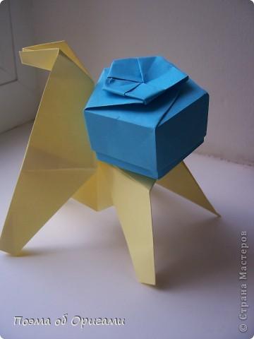 Эта лошадка аккуратно держащая коробочку с подарком тронет каждое сердце, коме будет назначена. Ранее в Стране уже был опубликован материал с этой лошадкой. Его вы можете вспомнить здесь: http://stranamasterov.ru/node/6840 Эту модель я совсем немного «доработала», что бы ее спинка могла удерживать дары. Для этой работы потребуется три листа А4: один для лошадки, два для коробочки. фото 38