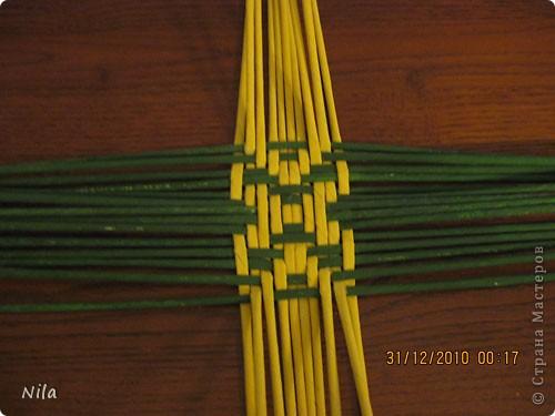 Сделала еще одну тарелочку. На этот раз фотографировала процесс. Здесь выкладу подробное плетение дна .Цвета можно обыгрывать по разному, как и само плетение. Просто показываю принцип. Чтобы дно было прочное и не рассыпалось , надо  обплетать не более 4 трубочек. Можно один ряд пропустить 6, но тогда следующий ряд обплести погуще фото 12