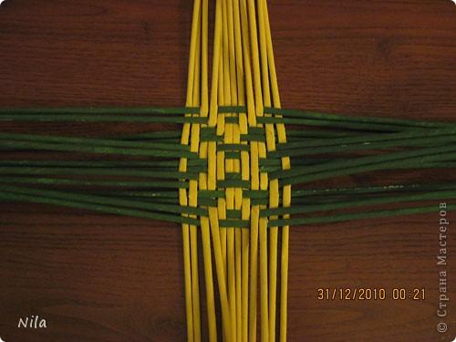 Сделала еще одну тарелочку. На этот раз фотографировала процесс. Здесь выкладу подробное плетение дна .Цвета можно обыгрывать по разному, как и само плетение. Просто показываю принцип. Чтобы дно было прочное и не рассыпалось , надо  обплетать не более 4 трубочек. Можно один ряд пропустить 6, но тогда следующий ряд обплести погуще фото 13