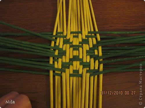 Сделала еще одну тарелочку. На этот раз фотографировала процесс. Здесь выкладу подробное плетение дна .Цвета можно обыгрывать по разному, как и само плетение. Просто показываю принцип. Чтобы дно было прочное и не рассыпалось , надо  обплетать не более 4 трубочек. Можно один ряд пропустить 6, но тогда следующий ряд обплести погуще фото 14