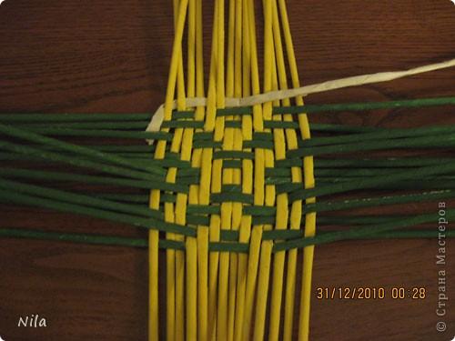 Сделала еще одну тарелочку. На этот раз фотографировала процесс. Здесь выкладу подробное плетение дна .Цвета можно обыгрывать по разному, как и само плетение. Просто показываю принцип. Чтобы дно было прочное и не рассыпалось , надо  обплетать не более 4 трубочек. Можно один ряд пропустить 6, но тогда следующий ряд обплести погуще фото 15