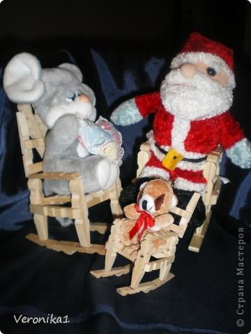 В очередной раз сделала поделки!Нашла случайно маленькие прищепки они всего 5 см и конечно же мне захотелось сделать из них поделки!!!Вот такое кресло-качалка вышло и маленький бочёнок!!!Детишки мои в восторге от поделок играют с ними!!!Теперь у нас три кресла одно большое второе среднее а третье совсем маленькое!!! фото 4