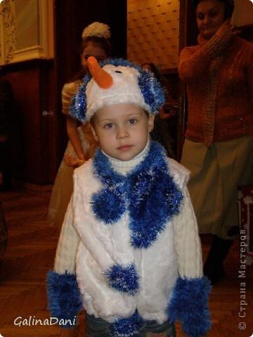 Костюм снеговика. Жилетка, шортики, шапка. Варежки связаны спицами, саможки-тапочки, а сверху связан сапог. фото 2