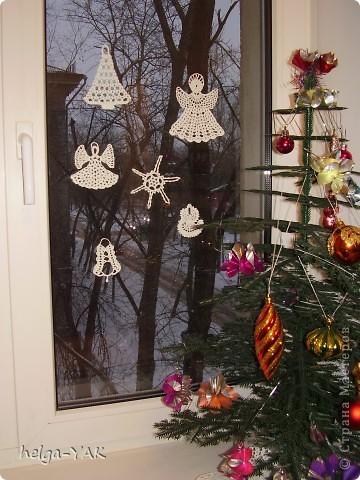 Вяжем фигурки на рождественскую тему.Как связать см.: http://stranamasterov.ru/node/132499 . Смазываем немного с изнанки клеем ПВА,прикладываем к стеклу,прижимаем ладонью.Немного ждём-и готово.  фото 2