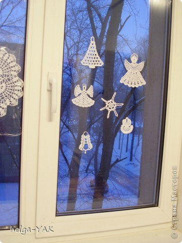 Вяжем фигурки на рождественскую тему.Как связать см.: http://stranamasterov.ru/node/132499 . Смазываем немного с изнанки клеем ПВА,прикладываем к стеклу,прижимаем ладонью.Немного ждём-и готово.  фото 1