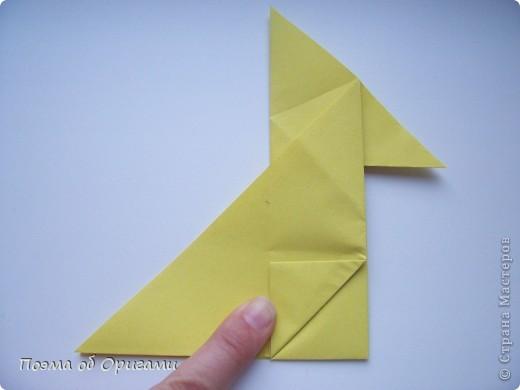 Двигающиеся модели неспроста пользуются большим успехом. Обычный сложенный квадрат способен буквально ожить в руках мастера. Каждая из этих трех птичек умеет делать что-то свое.  Желтый птенец, как и подобает птичьим малышам - постоянно голоден, а потому, характерно для этого, то открывает широко клюв, то лишь ненадолго его прикрывает. Его придумал Хуан Гимено из Испании. Красная птица умеет махать крыльями. В своем мастерстве она по праву считается одной из лучших в мире, так как ее крылья во время полета совершают широкие взмахи, почти сходясь сверху и снизу тела. Ее придумал Самуэль Рандлетт из США. Синяя птица умеет ловко клевать зернышки из кормушки. Эта модель, в отличии от предыдущих, известна очень давно и легко складывается с небольшой вариацией из классической модели журавлика. Вся конструкция крепится к ленте с помощью не больших канцелярских прищепочек.  В любой момент каждая из них готова от нее оторваться, что бы с радостью заняться своим излюблиным занятием в Ваших руках. фото 9