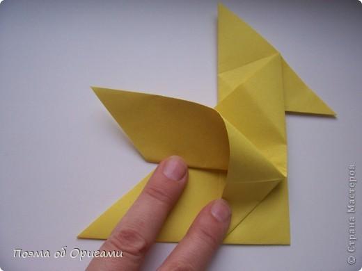 Двигающиеся модели неспроста пользуются большим успехом. Обычный сложенный квадрат способен буквально ожить в руках мастера. Каждая из этих трех птичек умеет делать что-то свое.  Желтый птенец, как и подобает птичьим малышам - постоянно голоден, а потому, характерно для этого, то открывает широко клюв, то лишь ненадолго его прикрывает. Его придумал Хуан Гимено из Испании. Красная птица умеет махать крыльями. В своем мастерстве она по праву считается одной из лучших в мире, так как ее крылья во время полета совершают широкие взмахи, почти сходясь сверху и снизу тела. Ее придумал Самуэль Рандлетт из США. Синяя птица умеет ловко клевать зернышки из кормушки. Эта модель, в отличии от предыдущих, известна очень давно и легко складывается с небольшой вариацией из классической модели журавлика. Вся конструкция крепится к ленте с помощью не больших канцелярских прищепочек.  В любой момент каждая из них готова от нее оторваться, что бы с радостью заняться своим излюблиным занятием в Ваших руках. фото 10