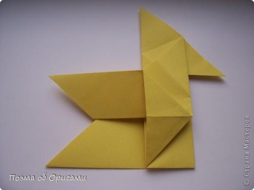 Двигающиеся модели неспроста пользуются большим успехом. Обычный сложенный квадрат способен буквально ожить в руках мастера. Каждая из этих трех птичек умеет делать что-то свое.  Желтый птенец, как и подобает птичьим малышам - постоянно голоден, а потому, характерно для этого, то открывает широко клюв, то лишь ненадолго его прикрывает. Его придумал Хуан Гимено из Испании. Красная птица умеет махать крыльями. В своем мастерстве она по праву считается одной из лучших в мире, так как ее крылья во время полета совершают широкие взмахи, почти сходясь сверху и снизу тела. Ее придумал Самуэль Рандлетт из США. Синяя птица умеет ловко клевать зернышки из кормушки. Эта модель, в отличии от предыдущих, известна очень давно и легко складывается с небольшой вариацией из классической модели журавлика. Вся конструкция крепится к ленте с помощью не больших канцелярских прищепочек.  В любой момент каждая из них готова от нее оторваться, что бы с радостью заняться своим излюблиным занятием в Ваших руках. фото 11