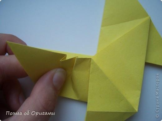 Двигающиеся модели неспроста пользуются большим успехом. Обычный сложенный квадрат способен буквально ожить в руках мастера. Каждая из этих трех птичек умеет делать что-то свое.  Желтый птенец, как и подобает птичьим малышам - постоянно голоден, а потому, характерно для этого, то открывает широко клюв, то лишь ненадолго его прикрывает. Его придумал Хуан Гимено из Испании. Красная птица умеет махать крыльями. В своем мастерстве она по праву считается одной из лучших в мире, так как ее крылья во время полета совершают широкие взмахи, почти сходясь сверху и снизу тела. Ее придумал Самуэль Рандлетт из США. Синяя птица умеет ловко клевать зернышки из кормушки. Эта модель, в отличии от предыдущих, известна очень давно и легко складывается с небольшой вариацией из классической модели журавлика. Вся конструкция крепится к ленте с помощью не больших канцелярских прищепочек.  В любой момент каждая из них готова от нее оторваться, что бы с радостью заняться своим излюблиным занятием в Ваших руках. фото 12