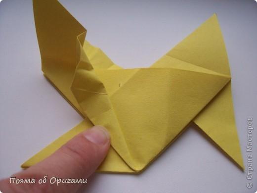 Двигающиеся модели неспроста пользуются большим успехом. Обычный сложенный квадрат способен буквально ожить в руках мастера. Каждая из этих трех птичек умеет делать что-то свое.  Желтый птенец, как и подобает птичьим малышам - постоянно голоден, а потому, характерно для этого, то открывает широко клюв, то лишь ненадолго его прикрывает. Его придумал Хуан Гимено из Испании. Красная птица умеет махать крыльями. В своем мастерстве она по праву считается одной из лучших в мире, так как ее крылья во время полета совершают широкие взмахи, почти сходясь сверху и снизу тела. Ее придумал Самуэль Рандлетт из США. Синяя птица умеет ловко клевать зернышки из кормушки. Эта модель, в отличии от предыдущих, известна очень давно и легко складывается с небольшой вариацией из классической модели журавлика. Вся конструкция крепится к ленте с помощью не больших канцелярских прищепочек.  В любой момент каждая из них готова от нее оторваться, что бы с радостью заняться своим излюблиным занятием в Ваших руках. фото 13