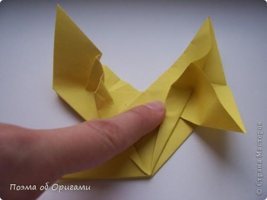 Двигающиеся модели неспроста пользуются большим успехом. Обычный сложенный квадрат способен буквально ожить в руках мастера. Каждая из этих трех птичек умеет делать что-то свое.  Желтый птенец, как и подобает птичьим малышам - постоянно голоден, а потому, характерно для этого, то открывает широко клюв, то лишь ненадолго его прикрывает. Его придумал Хуан Гимено из Испании. Красная птица умеет махать крыльями. В своем мастерстве она по праву считается одной из лучших в мире, так как ее крылья во время полета совершают широкие взмахи, почти сходясь сверху и снизу тела. Ее придумал Самуэль Рандлетт из США. Синяя птица умеет ловко клевать зернышки из кормушки. Эта модель, в отличии от предыдущих, известна очень давно и легко складывается с небольшой вариацией из классической модели журавлика. Вся конструкция крепится к ленте с помощью не больших канцелярских прищепочек.  В любой момент каждая из них готова от нее оторваться, что бы с радостью заняться своим излюблиным занятием в Ваших руках. фото 14