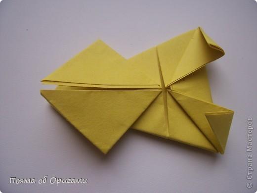 Одна из традиционных фигурок, складывающихся из бумаги – прыгающая лягушка-поскакушка. Ее секрет состоит в том, что на ее нижнем крае находится толстая складка. Ее можно надавить пальцем к столу. Когда палец резко сдвигают вниз, складка действует как пружинка, и лягушка устремляется вперед. Попробуйте устроить соревнования лягушек – чья лучше запрыгнет в импровизированный пруд-вазочку. Лягушенок Кермет прыгать не умеет, но зато очень любит поболтать. Он может с удовольствием примкнуть к группе болельщиков, или даже выступить в качестве судьи на состязаниях в прыжках. фото 15