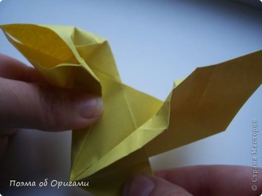 Двигающиеся модели неспроста пользуются большим успехом. Обычный сложенный квадрат способен буквально ожить в руках мастера. Каждая из этих трех птичек умеет делать что-то свое.  Желтый птенец, как и подобает птичьим малышам - постоянно голоден, а потому, характерно для этого, то открывает широко клюв, то лишь ненадолго его прикрывает. Его придумал Хуан Гимено из Испании. Красная птица умеет махать крыльями. В своем мастерстве она по праву считается одной из лучших в мире, так как ее крылья во время полета совершают широкие взмахи, почти сходясь сверху и снизу тела. Ее придумал Самуэль Рандлетт из США. Синяя птица умеет ловко клевать зернышки из кормушки. Эта модель, в отличии от предыдущих, известна очень давно и легко складывается с небольшой вариацией из классической модели журавлика. Вся конструкция крепится к ленте с помощью не больших канцелярских прищепочек.  В любой момент каждая из них готова от нее оторваться, что бы с радостью заняться своим излюблиным занятием в Ваших руках. фото 16