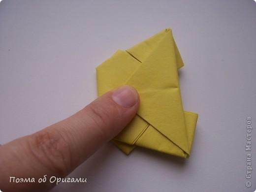 Одна из традиционных фигурок, складывающихся из бумаги – прыгающая лягушка-поскакушка. Ее секрет состоит в том, что на ее нижнем крае находится толстая складка. Ее можно надавить пальцем к столу. Когда палец резко сдвигают вниз, складка действует как пружинка, и лягушка устремляется вперед. Попробуйте устроить соревнования лягушек – чья лучше запрыгнет в импровизированный пруд-вазочку. Лягушенок Кермет прыгать не умеет, но зато очень любит поболтать. Он может с удовольствием примкнуть к группе болельщиков, или даже выступить в качестве судьи на состязаниях в прыжках. фото 17