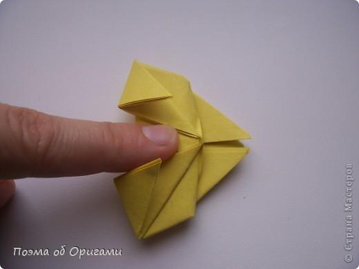 Одна из традиционных фигурок, складывающихся из бумаги – прыгающая лягушка-поскакушка. Ее секрет состоит в том, что на ее нижнем крае находится толстая складка. Ее можно надавить пальцем к столу. Когда палец резко сдвигают вниз, складка действует как пружинка, и лягушка устремляется вперед. Попробуйте устроить соревнования лягушек – чья лучше запрыгнет в импровизированный пруд-вазочку. Лягушенок Кермет прыгать не умеет, но зато очень любит поболтать. Он может с удовольствием примкнуть к группе болельщиков, или даже выступить в качестве судьи на состязаниях в прыжках. фото 18