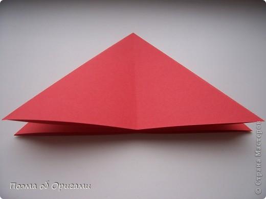 Двигающиеся модели неспроста пользуются большим успехом. Обычный сложенный квадрат способен буквально ожить в руках мастера. Каждая из этих трех птичек умеет делать что-то свое.  Желтый птенец, как и подобает птичьим малышам - постоянно голоден, а потому, характерно для этого, то открывает широко клюв, то лишь ненадолго его прикрывает. Его придумал Хуан Гимено из Испании. Красная птица умеет махать крыльями. В своем мастерстве она по праву считается одной из лучших в мире, так как ее крылья во время полета совершают широкие взмахи, почти сходясь сверху и снизу тела. Ее придумал Самуэль Рандлетт из США. Синяя птица умеет ловко клевать зернышки из кормушки. Эта модель, в отличии от предыдущих, известна очень давно и легко складывается с небольшой вариацией из классической модели журавлика. Вся конструкция крепится к ленте с помощью не больших канцелярских прищепочек.  В любой момент каждая из них готова от нее оторваться, что бы с радостью заняться своим излюблиным занятием в Ваших руках. фото 18