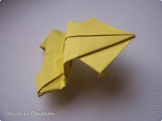 Одна из традиционных фигурок, складывающихся из бумаги – прыгающая лягушка-поскакушка. Ее секрет состоит в том, что на ее нижнем крае находится толстая складка. Ее можно надавить пальцем к столу. Когда палец резко сдвигают вниз, складка действует как пружинка, и лягушка устремляется вперед. Попробуйте устроить соревнования лягушек – чья лучше запрыгнет в импровизированный пруд-вазочку. Лягушенок Кермет прыгать не умеет, но зато очень любит поболтать. Он может с удовольствием примкнуть к группе болельщиков, или даже выступить в качестве судьи на состязаниях в прыжках. фото 19