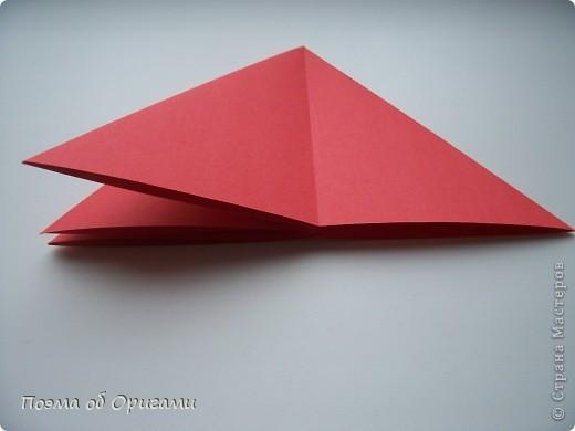 Двигающиеся модели неспроста пользуются большим успехом. Обычный сложенный квадрат способен буквально ожить в руках мастера. Каждая из этих трех птичек умеет делать что-то свое.  Желтый птенец, как и подобает птичьим малышам - постоянно голоден, а потому, характерно для этого, то открывает широко клюв, то лишь ненадолго его прикрывает. Его придумал Хуан Гимено из Испании. Красная птица умеет махать крыльями. В своем мастерстве она по праву считается одной из лучших в мире, так как ее крылья во время полета совершают широкие взмахи, почти сходясь сверху и снизу тела. Ее придумал Самуэль Рандлетт из США. Синяя птица умеет ловко клевать зернышки из кормушки. Эта модель, в отличии от предыдущих, известна очень давно и легко складывается с небольшой вариацией из классической модели журавлика. Вся конструкция крепится к ленте с помощью не больших канцелярских прищепочек.  В любой момент каждая из них готова от нее оторваться, что бы с радостью заняться своим излюблиным занятием в Ваших руках. фото 19