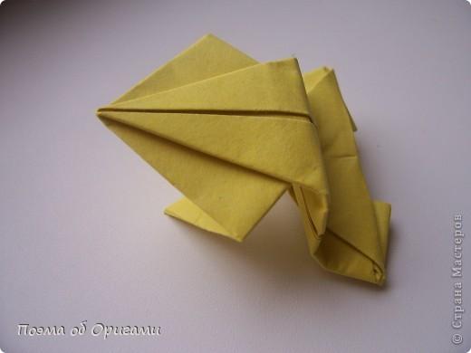 Одна из традиционных фигурок, складывающихся из бумаги – прыгающая лягушка-поскакушка. Ее секрет состоит в том, что на ее нижнем крае находится толстая складка. Ее можно надавить пальцем к столу. Когда палец резко сдвигают вниз, складка действует как пружинка, и лягушка устремляется вперед. Попробуйте устроить соревнования лягушек – чья лучше запрыгнет в импровизированный пруд-вазочку. Лягушенок Кермет прыгать не умеет, но зато очень любит поболтать. Он может с удовольствием примкнуть к группе болельщиков, или даже выступить в качестве судьи на состязаниях в прыжках. фото 20