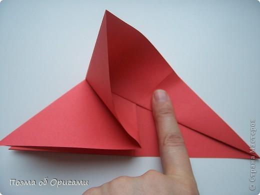 Двигающиеся модели неспроста пользуются большим успехом. Обычный сложенный квадрат способен буквально ожить в руках мастера. Каждая из этих трех птичек умеет делать что-то свое.  Желтый птенец, как и подобает птичьим малышам - постоянно голоден, а потому, характерно для этого, то открывает широко клюв, то лишь ненадолго его прикрывает. Его придумал Хуан Гимено из Испании. Красная птица умеет махать крыльями. В своем мастерстве она по праву считается одной из лучших в мире, так как ее крылья во время полета совершают широкие взмахи, почти сходясь сверху и снизу тела. Ее придумал Самуэль Рандлетт из США. Синяя птица умеет ловко клевать зернышки из кормушки. Эта модель, в отличии от предыдущих, известна очень давно и легко складывается с небольшой вариацией из классической модели журавлика. Вся конструкция крепится к ленте с помощью не больших канцелярских прищепочек.  В любой момент каждая из них готова от нее оторваться, что бы с радостью заняться своим излюблиным занятием в Ваших руках. фото 20